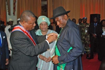 Nigerian President Goodluck Jonathan being honored(file photo)