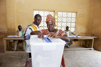An Ivorian voter casts her ballot (file photo).