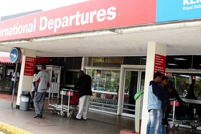 Des passagers à l'entrée des départs à l'Aéroport Jomo Kenyatta International.