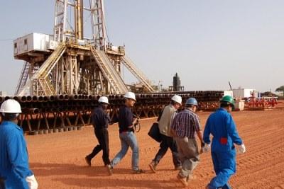 Des ouvriers chinois sur un site pétrolier.