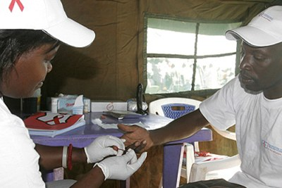 Un patient effectuant le test HIV.