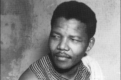 Rohihlahla Nelson Mandela jeune en habit traditionnel.