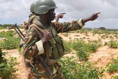 Des militaires de la force Amisom durant les accrochages avec les insurgés Al Shabaab pour le contrôle du district de Daynile,  au nord oust de Mogadisio