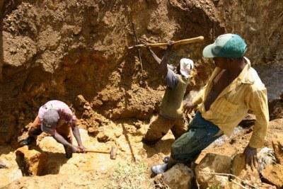 Des creuseurs dans une mine au Sud Kivu.