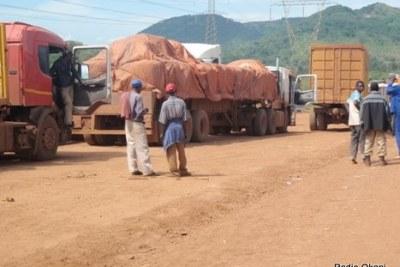Des camions chargés des minerais bloqués sur la route de Kolwezi dans la province du Katanga/RDC