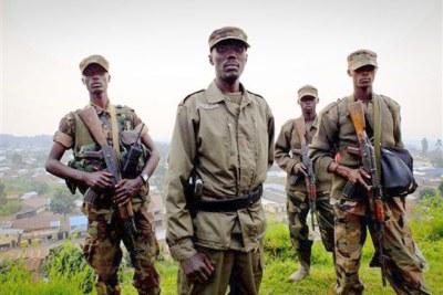 Le colonel Sultani Makenga (au centre), l''un des chefs du mouvement M23, sur une colline dans l'est de la RD Congo, en juillet 2012.