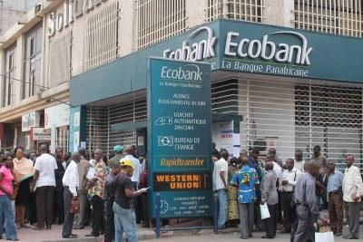 Des agents et fonctionnaires de l'Etat attendant la paie du mois devant une banque à Kinshasa.