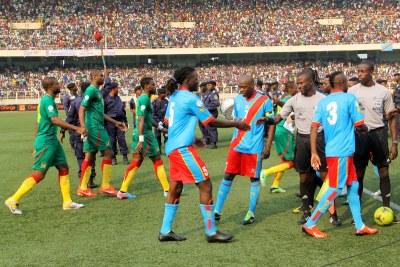 (Photo d'archives) - Début du match entre les Léopards de la RDC (bleu)contre les Lions du Cameroun(vert) le 16/06/2013 au stade de martyrs à Kinshasa.