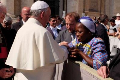 La lauréate de la distinction Nansen bénie par le Pape François, lors d'une rencontre au Vatican