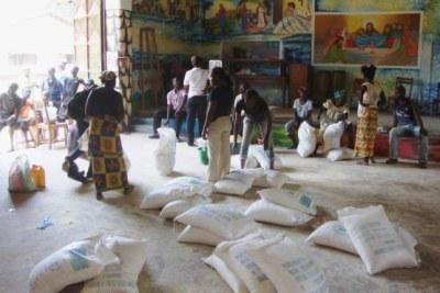 Au centre communautaire Don Bosco, situé à Bangui, le PAM distribue des rations alimentaires aux Centrafricains