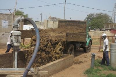 Au lieu d'aller polluer davantage la Baie de Hann, jadis l'une des plus belles plages de Dakar, le camion déverse son chargement de déchets dans le puits de pré-mélange en vue d'une production en biogaz