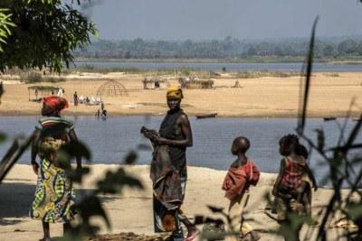 Des réfugiés en provenance de République centrafricaine sur les rives de la rivière Oubangui en République démocratique du Congo.