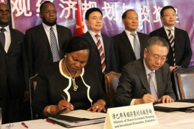 Zimbabwe and China representatives signing the agreement (file photo).
