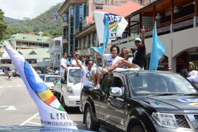 Des partisans de LDS célèbrent la victoire de leur parti après que les résultats ont été annoncés le dimanche 11 septembre tôt le matin.