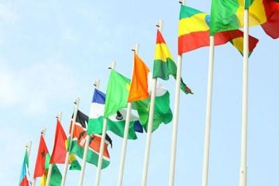 Des drapeaux africains flottant