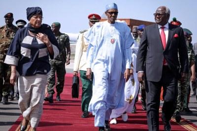Presidents Ellen Johnson Sirleaf from Liberia, Nigeria's Muhammadu Buhari and Sierra Leone's Ernest Bai Koroma arriving in Banju (file photo).