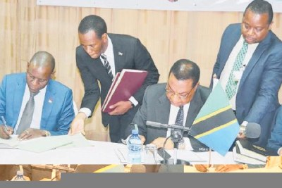 The minister of Foreign Affairs and East African Cooperation, Dr Augustine Mahiga and Malawian counterpart Francis JKaisala sign an agreement on consultation on political, diplomatic, and bilateral air service in Lilongwe.