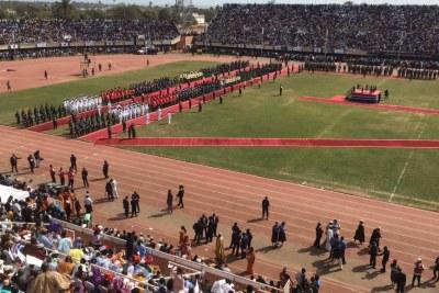 A la mi-journée, les nombreux spectateurs venus assister à la prestation de serment d'Adama Barrow dans le stade de Bakau attendaient encore patiemment l'arrivée du nouveau président gambien.