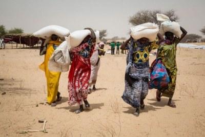 Des personnes vivant dans le camp de déplacés de Melia, au lac Tchad, recevant des vivres du PAM. La plupart des déplacés viennent des îles du lac Tchad, qui ont été abandonnées en raison de l'insécurité.