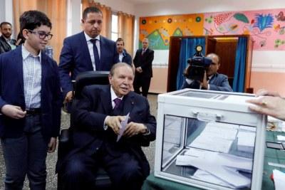 Le président Bouteflika a voté jeudi 4 mai, assis sur son fauteuil roulant, accompagné de ses deux frères et de ses deux neveux.