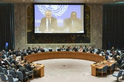 Vue de la salle du Conseil de sécurité alors que Michael Keating (à gauche sur l'écran), le Représentant spécial du Secrétaire général pour la Somalie, fait un exposé par vidéoconférence.