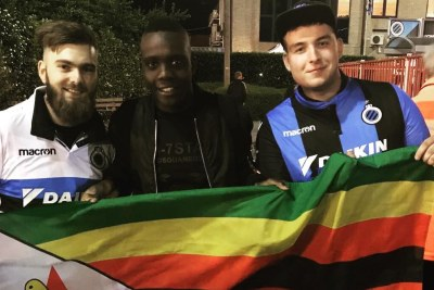 Zimbabwean midfield ace Marvellous Nakamba flanked by fans (file photo).