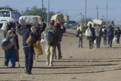 Des ressortissants nigériens qui avaient fui le conflit en Libye, arrivent dans la ville d'Agadez.