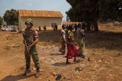 Un Casque bleu en patrouille à Bria, en République centrafricaine (archives). Photo ONU/Nektarios Markogiannis