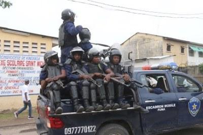 Patrouille de la police devant la paroisse catholique Saint Michel à Kinshasa le 21/01/2018 lors de la marche organisée par les laïcs catholiques