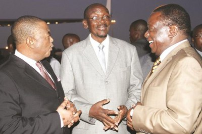 President Emmerson Mnangagwa speaks to his deputies Constantino Chiwenga (left) and Kembo Mohadi (file photo).