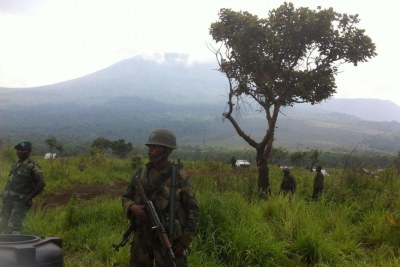 Militaires en patrouille dans le parc des Virunga vu depuis le Mikeno Lodge.