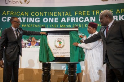 The Chairperson of the African Union, President Paul Kagame, and Champion of the African Continental Free Trade Area, President Mahamadou Issoufou of Niger, and the Chairperson of the African Union Chairperson, Moussa Faki Mahamat, unveil a plaque marking the launch of CFTA at Kigali Convention Centre on March 21, 208.