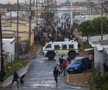 Photo Essay - Hermanus Residents, Police Clash During Protests