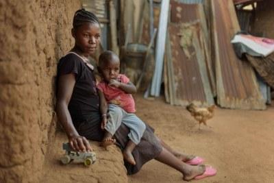 « Harriet », 17 ans, du comté de Migori, dans l'ouest du Kenya, a abandonné l'école en première année d'enseignement secondaire quand elle est tombée enceinte. Elle n'a reçu aucune information ni conseil sur des politiques lui permettant de poursuivre sa scolarité pendant sa grossesse. Elle veut continuer à étudier afin de trouver du travail et d'élever son enfant.