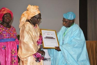 Un diplôme de reconnaissance a été remis à son ami Olusegun Obasanjo, ancien président du Nigéria et, par ailleurs, président de la WACD (Commission Ouest africaine sur les Drogues).  C'était en marge du lancement du rapport sur « La loi type sur les drogues pour l'Afrique de l'Ouest : un outil pour les décideurs politiques ». La cérémonie s'est tenue hier, mardi 11 septembre à Dakar