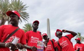 Manifestation pour demander la fermeture des enseignes Auchan au Sénégal