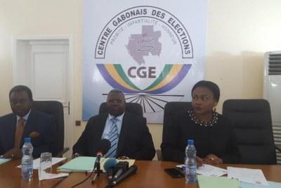 Lors de l'annonce des résultats provisoires au Gabon le 29 octobre. Au milieu, le président du Centre gabonais des élections, Moïse Bibalou Koumba.