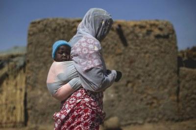 Une femme et son enfant dans un village de personnes déplacées à Mopti.