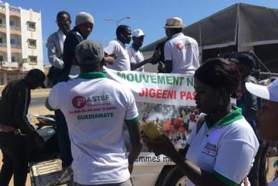 Les militants d'Ousmane Sonko préparent leur char pour défiler dans Dakar.