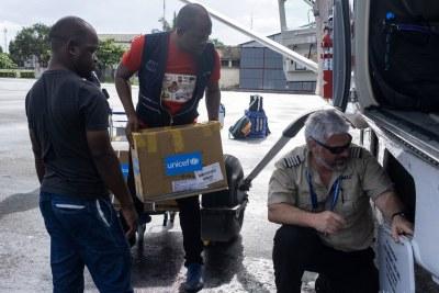 Des fournitures médicales pour des victimes du cyclone Kenneth au Mozambique sont chargées à bord d'un avion.