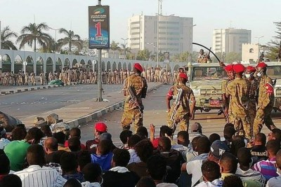 Soldiers protect civilian protestors during Khartoum sit-in on 8 April 2019