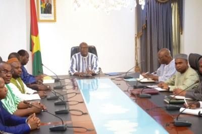 Le président du Faso, Roch Marc Christian Kaboré préside ce lundi à Ouagadougou, la cérémonie officielle d'ouverture du dialogue politique, qui réunit les partis de la majorité et de l'opposition.