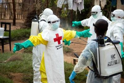 Rinçage des équipements de protection contre le virus Ebola à Beni, en République démocratique du Congo.