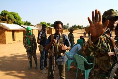 Des combattants du groupe rebelle « Retour, Réclamation et Réhabilitation » (3R) à De Gaulle, dans la sous-préfecture de Koui dans la province d'Ouham Pendé, République centrafricaine, le 25 novembre 2016.