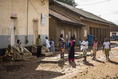Des personnes à l'extérieur de l'hôpital général de Beni en République démocratique du Congo.
