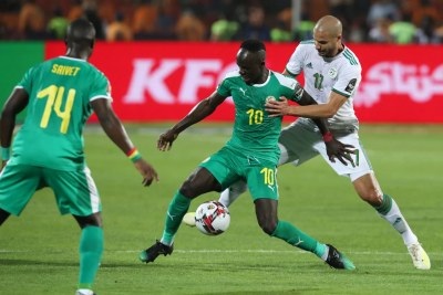 Sadio Mane, du Sénégal, mise au défi par l'Algérie Adlane Guedioura lors de la finale de la Coupe d'Afrique des Nations 2019 entre le Sénégal et l'Algérie au Stade international du Caire, le 19 juillet 2019
