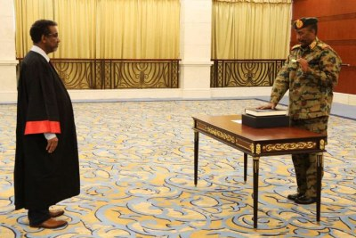 Lt Gen Abdelfattah El Burhan takes the Oath of Office before Chief Justice Abbas Babiker.
