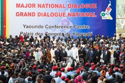 Les gens se rassemblent au Palais des Congrès lors de la séance d'ouverture du Dialogue national convoqué par le président Paul Biya, à Yaoundé, au Cameroun, le 30 septembre 2019.