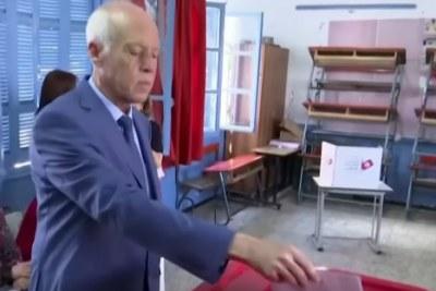 Kais Saied jetant son vote pour le second tour de l'élection présidentielle tunisienne du 13 octobre 2019.