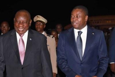 Cyril Ramaphosa (G) et Faure Gnassingbé jeudi à l'aéroport de Lomé
